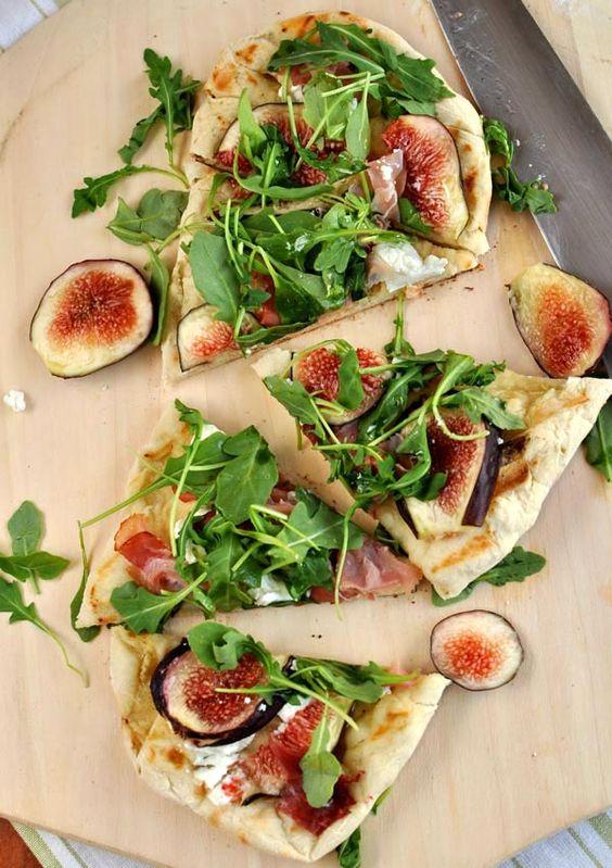 Base pizza: mozzarella, jamon, higos y rucula o albahaca frescas