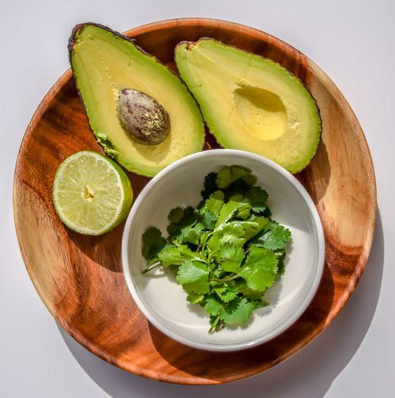 Ingredientes del aderezo de aguacate y lima. Receta en http://biografiadeunplato.com/aderezos-saludables/