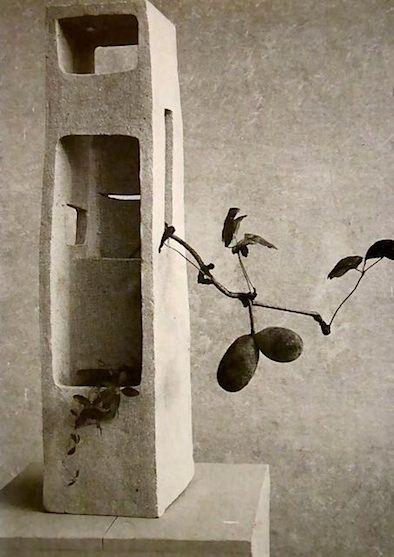"Isamu Noguchi 's ""Lonely Tower"" – Shigaraki stoneware with thin ash glaze made in 1952 – with ikebana by Teshigahara Sofu."