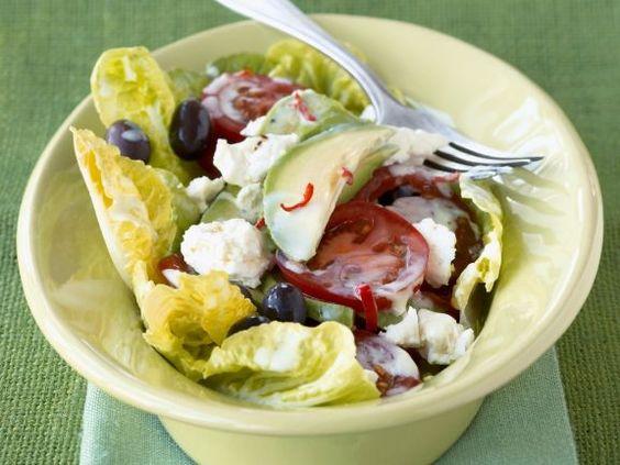 Probieren Sie den leckeren Romanasalat mit Schafskäse, Tomaten und Avocado von EAT SMARTER!