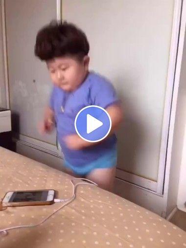 Esse garoto gosta de dançar com suas músicas
