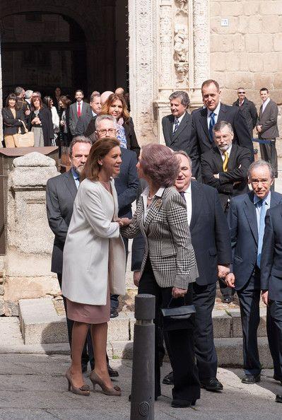 La Reina Sofia saluda a Maria Dolores de Cospedal en la apertura de 'El Griego de Toledo' en el museo Santacruz de Toledo.