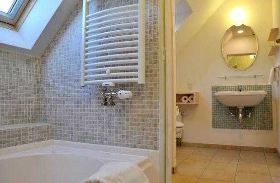 素敵! 天窓のある2階タイルバスルーム: ヨゴホームズが手掛けた北欧洗面所/お風呂/トイレです。