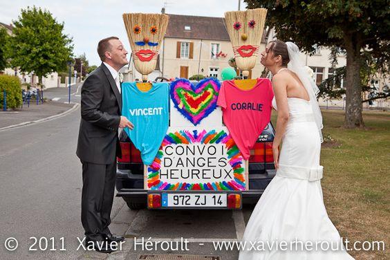 Mariés devant la voiture balais