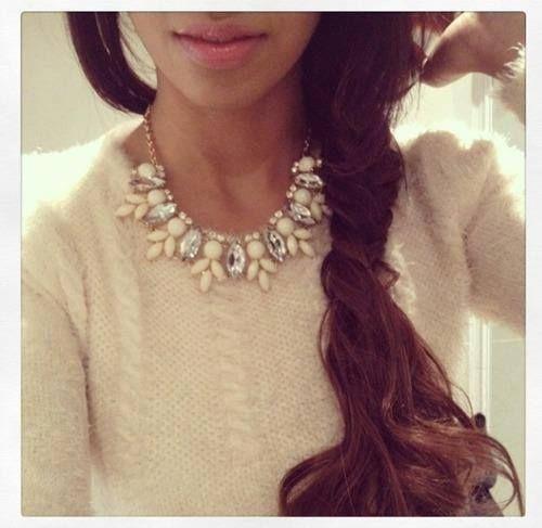 collana e maglione bianco