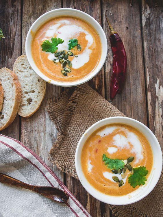 Three ingredient coconut, roasted chili and pumpkin soup. // Kolmen raaka-aineen paahteinen kookos-chili-kurpitsakeitto (vegaani) – Viimeistä Murua Myöten