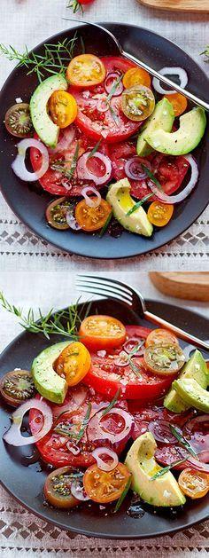 Einfaches Sommer Salatrezept mit frischen Tomaten und Avocado.
