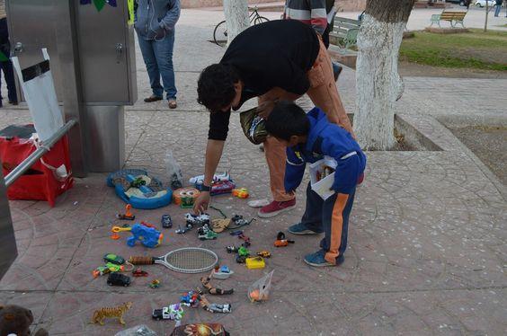 Donan juguetes a niños en el Paralibros plaza Héroes del Carrizal