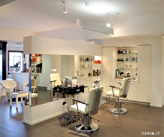 Bellomo's hairstylist salon of Concordia Sagittaria near Venice has entirely been covered by I legni Naturali Slim/4 Cerim's collection. The use of the thickness 4 mm has guaranteed an easy and fast installation directly on the preexisting floor, while size 13x80 colour Finland matches perfectly the salon style giving elegance and warmth to the place.