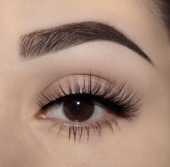 A beautiful woman wore false eyelashes(so popular false eyelashes business)