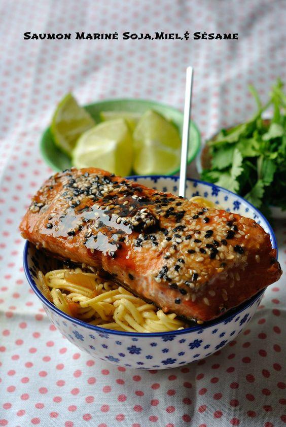 SAUMON MARINE MIEL/SOJA/SESAME & NOUILLES PETITS POIS/OIGNONS (Pour 2 filets de saumon : 1 c à s de miel, 1 c à s de sauce soja foncée, 1 c à c de citron, 1 pincée d'ail en poudre, poivre)