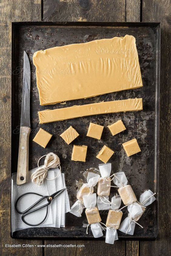 So manche Food-Shootings sind wirklich eine Freude. Diese butterweichen  Karamellen waren nicht nur sehr vielseitge Fotomodelle, sondern sind auch  wirklich schnell gemacht und sehr lecker. Die Konsistenz ist sehr weich und  zartschmelzend; ein Traum.  Vergesst Kuh-Bonbons und kocht euch flott ein hausgemachtes Karamell!!!  Weiche Karamellen (Fudge)  Zutaten:      * 250 g brauner Zucker     * 1 Dose gezuckerte Kondensmilch (z.B. Milchmädchen; ich habe die       Kaufland-Hausmarke genommen)…