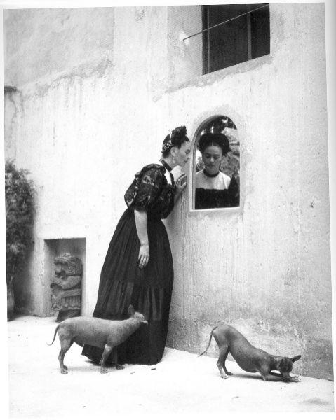 ***** LOLA ÁLVAREZ BRAVO (1907-1993). 'Frida Kahlo con sus perros' (1944).