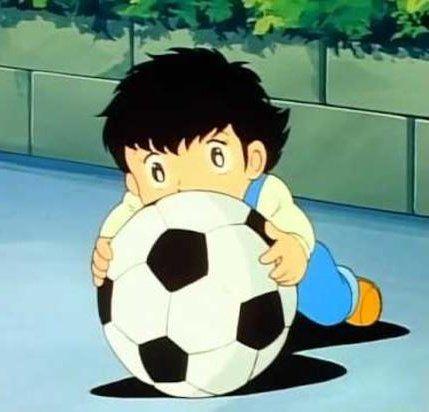 قصة الكابتن ماجد الحقيقية الكابتن ماجد هو فتى مقعد يحلم بأن يصبح لاعب كرة قدم محترف حيث ظهر كطفل صغير بعمر الخامسة بينما يلعب ا Captain Tsubasa Soccer Tsubasa