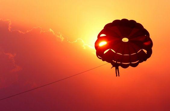 A parasailer durante o Bhoj Aventura Festival. Tiro com rifle de ar, bungee trampolim, bungee jumping, broca commando são algumas das outras atividades realizadas durante o festival de um mês