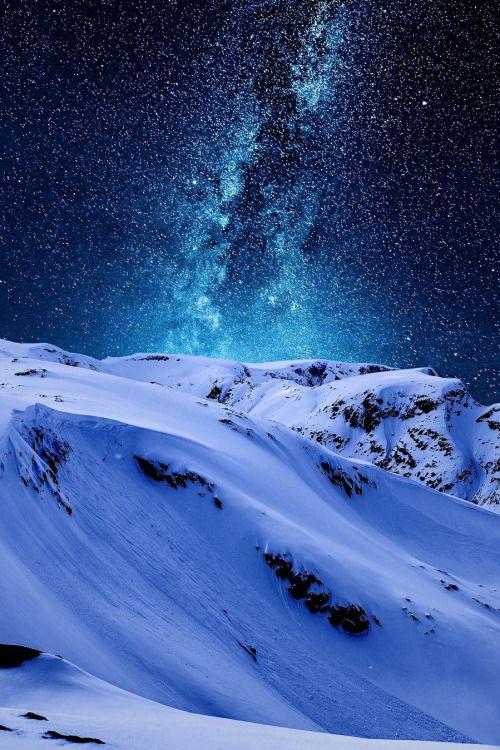 真っ白な雪山と天の川