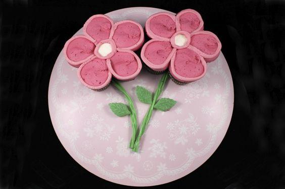 How to Make a Spring Flower Pull-Apart Cupcake Cake • CakeJournal.com