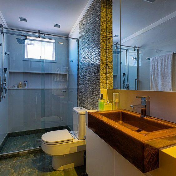 Esse banheiro ganhou revestimento em mosaico trabalhado no onix verde Cuba r -> Cuba Banheiro Silestone