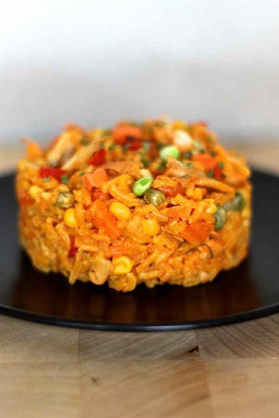 L'arroz con pollo est une recette traditionnelle latino américaine contenant riz, poulet et légumes cuits ensemble et qui doit sa jolie couleur au roucou.