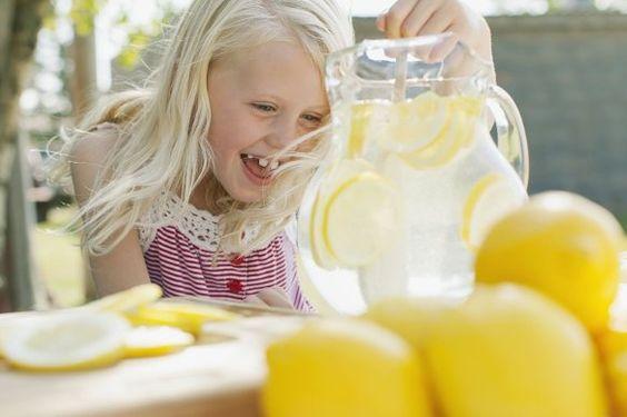 Mousse de limão * Ingredientes: Uma embalagem (100gr) de gelatina de limão, um iogurte natural, 1 folha de hortelã (opcional), pedacinhos de ananás (opcional). Preparação:Preparar a embalagem de gelatina (metade da água pode ser substituída por sumo natural). Depois de solidificada, bater um copo de gelatina com um iogurte natural até obter uma mousse (para comer na hora pode usar apenas meio iogurte. Pode adicionar uma folha de hortelã e pedeços de ananás, levar a refrigerar.