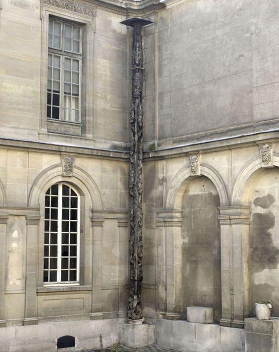 FRANCE-Les dimensions imposantes de cette œuvre ont obligé à l'installer dans une cour du musée proche des salles d'enseignes, la cour dite d'Henri IV. Cette enseigne définissait une maison, et non un métier ; elle se trouvait à l'angle de la rue Saint-Denis et de la rue des Prêcheurs. Elle représente l'Arbre de Jessé, généalogie de Jésus de Nazareth