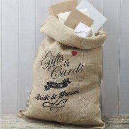 <p>Deze gave enveloppenzak is ideaal om als 'postzak' te gebruiken voor alle kaarten, brieven, enveloppen en kleine cadeautjes die je ontvangt op je bruiloft.</p> <p>De zak is gemaakt van jute en heeft een gave vintage opdruk met 'Gifts & cards for the bride and groom'. Er zit een bruin lint bij waarmee je de zak, nadat deze gevuld is, velig dicht kan binden.</p> <p>Afmeting: 80cm x 50cm</p> <p>Een enveloppendoos of enveloppenzak is echt een musthave voor je bruiloft! Na al het ...