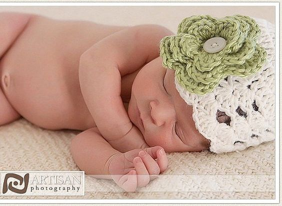 Crochet baby hat with interchangeable flowers - would love to make hats like these myself!