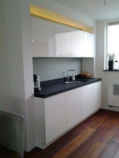 In stucwerk ingebouwde keuken. kleine keuken in parallel ...