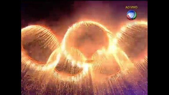 Anéis olímpicos incandescentes derramam fogos sobre o estádio - Vídeos - R7