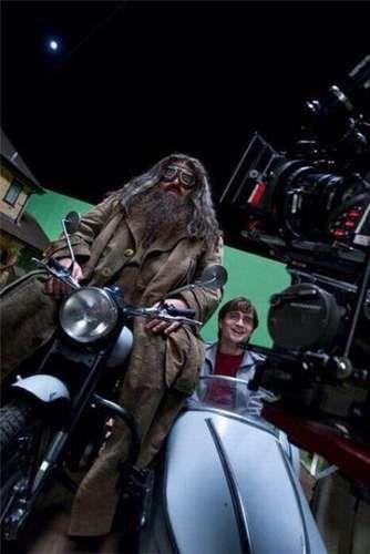 Harry Potter Cómo fue la grabación de la escena en la que Harry y Hagrid huyen en moto de los  Mortifagos que los persiguen en los cielos de Londres.
