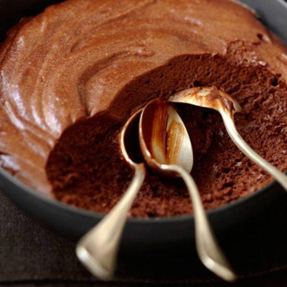 """Die schnellste Schokoladenmousse der Welt - """"Keine Eier, keine Schlagsahne, kein Schnickschnack: Für die schnellste Schokoladenmousse der Welt braucht ihr nur zwei Zutaten."""""""