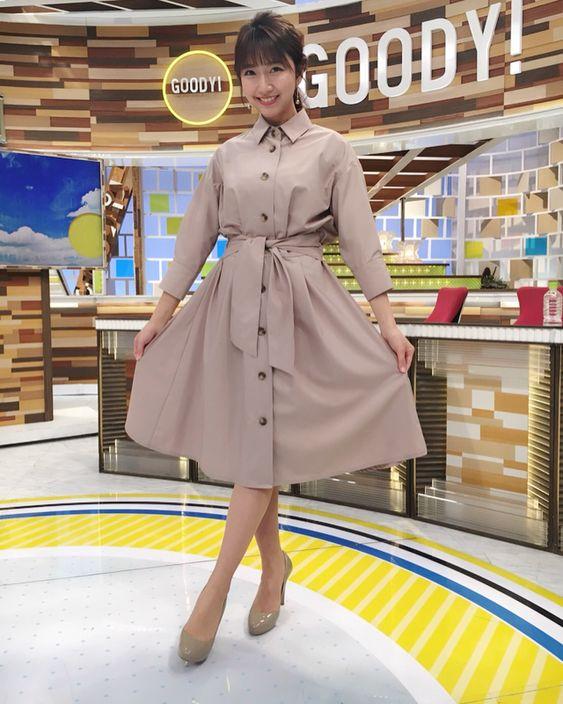 グッディ!のスタジオで今日の衣装を披露している三田友梨佳アナの画像