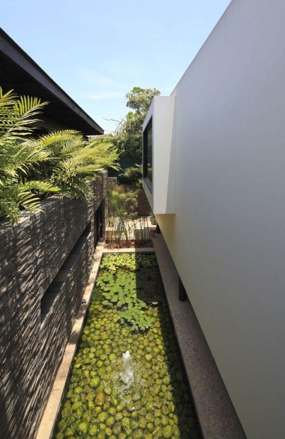 gartenmauer design schieferstein haus brunnen teich seerosen