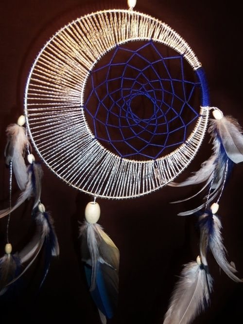 Atrapasueños 2 aros metálicos de diferente diámetro. Sujetar ambos en un punto, y desde allí cubrir con cordón/lana el perímetro. Las plumas y colgantes terminan el atrapasueños.