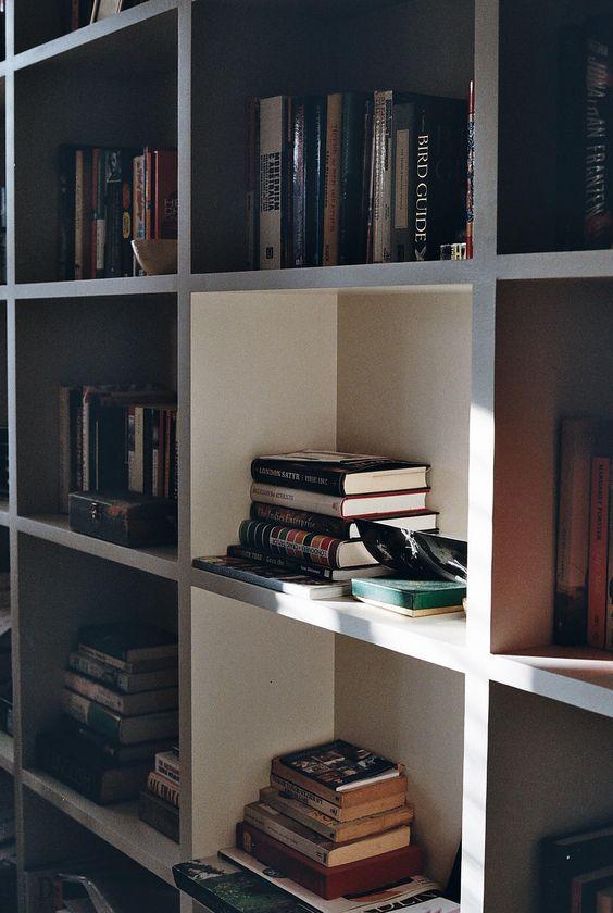 Olha essa estante com livros!