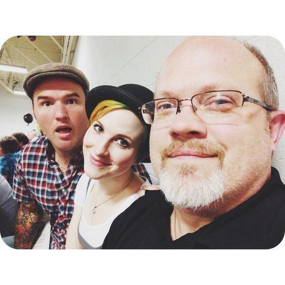 Nova foto: Hayley Williams, Chad Gilbert, e o pai da cantora (sim, ele mesmo, que aparece no clipe de TOE). pic.twitter.com/HchpYTrEjc