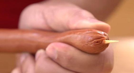 Si planifican hacer una parrillada, este video podria darles una idea divertida y original. Tomando un escarbadientes grande, introducirlo con atencion en un wurstel a lo largo; luego con un cuchillo…