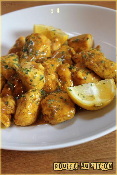 Poulet au citron Ingrédients pour 4 personnes : 4 escalopes/filets de poulets 2 càs de farine 2 càc d'un mélange d'épices cumin/coriandre/curcuma/poivre de sishuan Poivre du moulin 3càs d'huile d'olive Pr la sauce : 1 citron non traité coupé en 4 1 petit pouce de gingembre frais râpé 3 càs de miel le jus d'un gros citron 3 càs de sauce soja 10cl de bouillon de poulet ou volaille 1 càs rase de maïzena