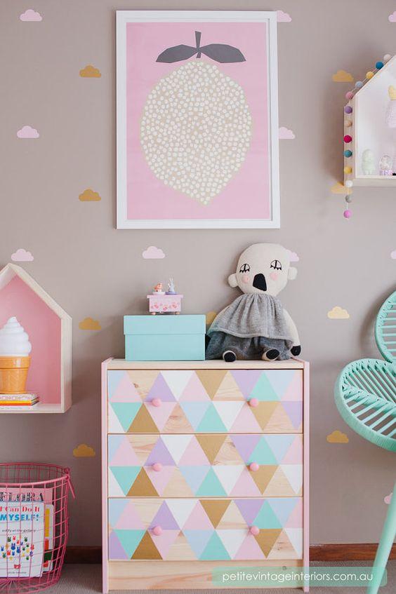 chambre scandinave pastel : Malm chambre enfant triangles geometriques style scandinave pastel ...