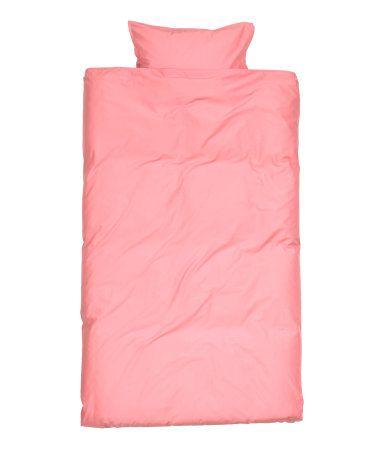 Bettwäsche aus einer feinfädigen Baumwollqualität, die vorgewaschen und daher besonders weich und hautfreundlich ist. Ein Kopfkissenbezug. 30s-Garn. Fadendichte 144.