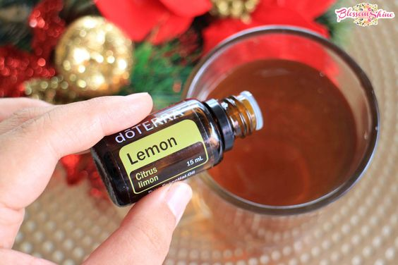 Campurkan doTERRA Lemon Oil dalam segelas teh dengan temperatur suam - suam kukuh sebagai daily detoks drink