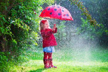 in+de+regen%3A+Meisje+met+rode+paraplu+spelen+in+de+regen.+Kinderen+spelen+buiten+bij+regenachtig+weer+in+de+herfst.+Autumn+outdoor+leuk+voor+kinderen.+Peuter+jongen+in+regenjas+en+laarzen+wandelen+in+de+tuin.+Zomer+douche.+Stockfoto