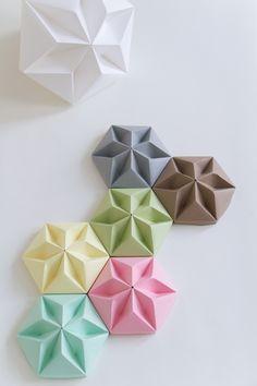 Origami. For more origami ideas, visit our board: https://www.pinterest.com/makerskit/papercraft-diy-ideas/ Blocos de papel Origami - para decoração