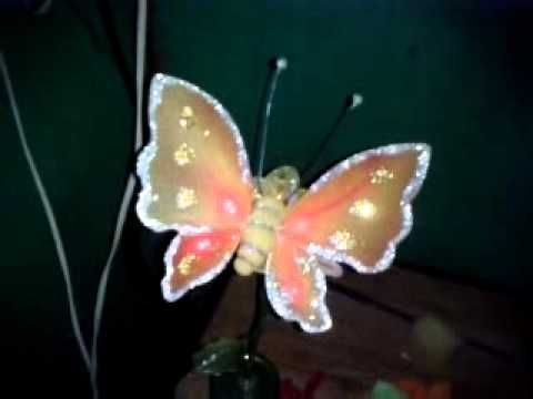 Mariposa en media de nylon en una flor amarilla de
