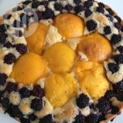 Schneller Brombeer-Nektarinenkuchen - Ein einfacher Rührkuchen für eine runde Form mit Nektarinen und Brombeeren. Wenn man das Obst in einem Muster legt oder als Blumen sieht der Kuchen besonders hübsch aus. @ de.allrecipes.com
