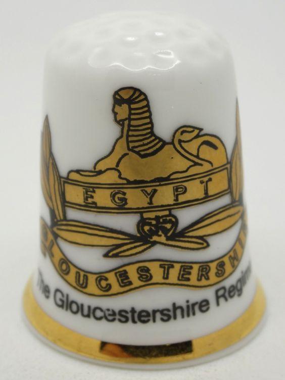 Dedal de porcelana de un regimiento ingles de Gloucestershire con motivos egipcios de la Esfinge. Inglaterra.