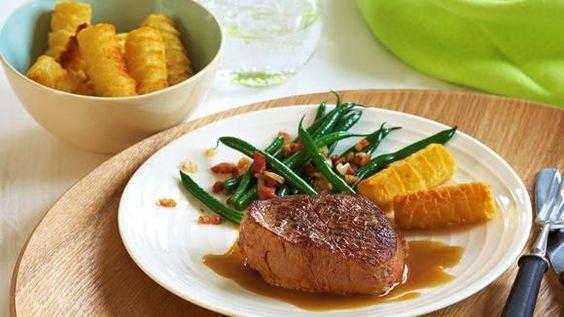 Wie bei Oma: Rinderfilet mit Kroketten und Bohnen.