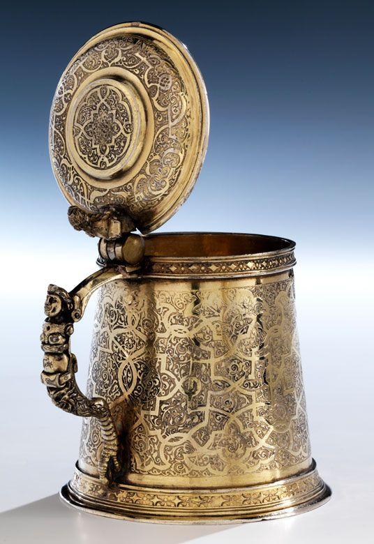 Höhe: 12,5 cm. Gewicht: 354 g. Bodenseitige Punzen sowie Ausfuhrpunzen an Deckel und Korpus. Wohl Augsburg, 16. Jahrhundert. Silber, getrieben, gegossen,...