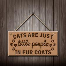 Les chats sont juste peu de personnes en fourrure manteaux-mur en bois gravé Plaque / Signe