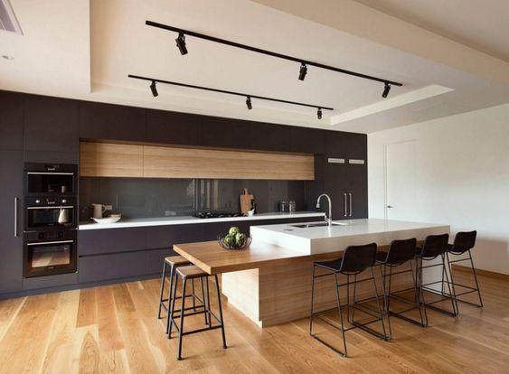 Cuisine noire et bois ultra moderne : des lignes minimalistes et épurées